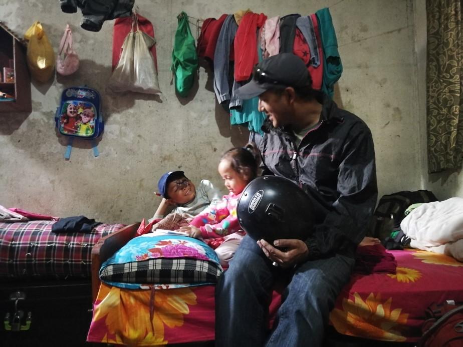 Sampanna von Dautari Nepal besucht einen kleinen Patienten